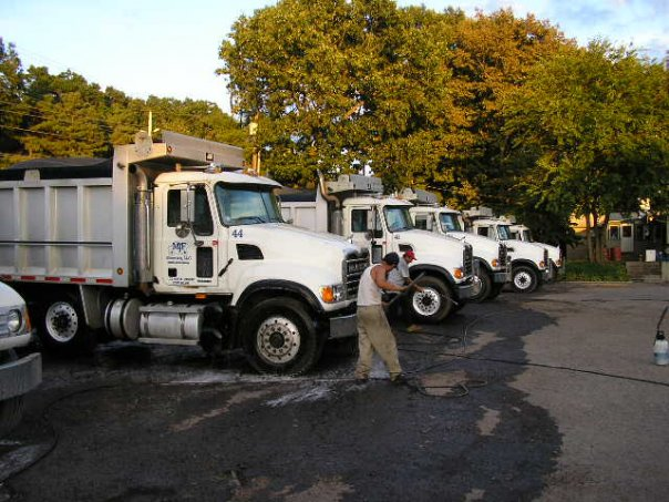 Mobile contractor washing a fleet of dump trucks
